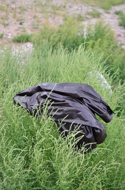 Textile Noir Sur Champ D'herbe Verte