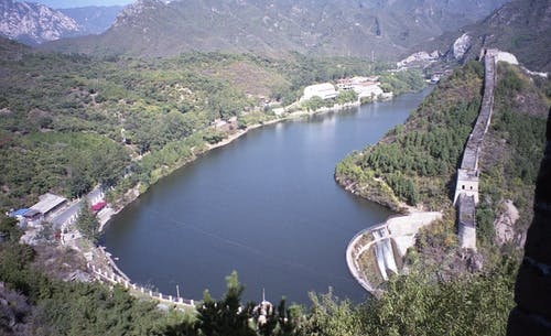 Vue Aérienne De La Rivière Entre Les Montagnes Vertes