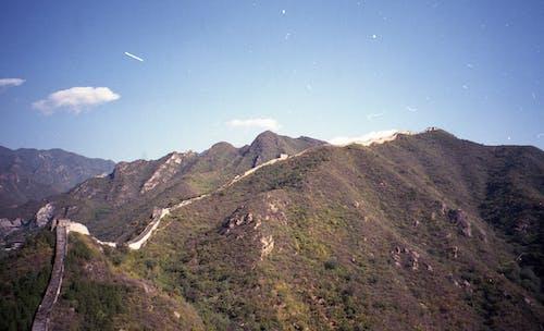 Montagne Verte Et Brune Sous Le Ciel Bleu