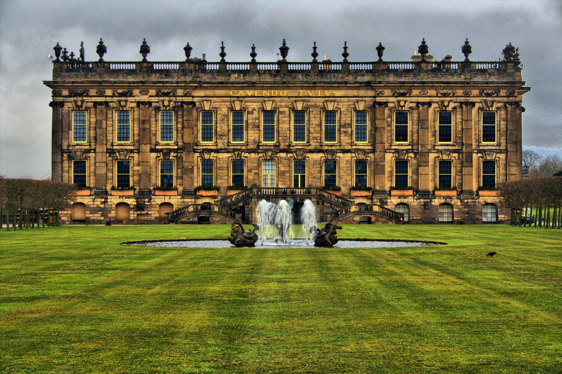chatsworth house, fountain, grass lawn