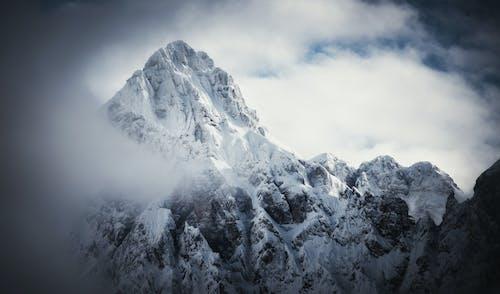 Sneeuw Bedekte Berg Onder Blauwe Hemel