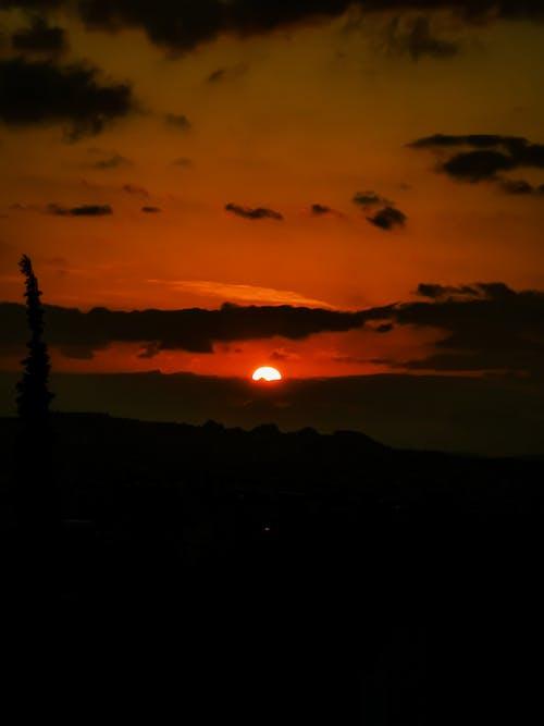 Бесплатное стоковое фото с багровое небо, вертикальный выстрел, гора