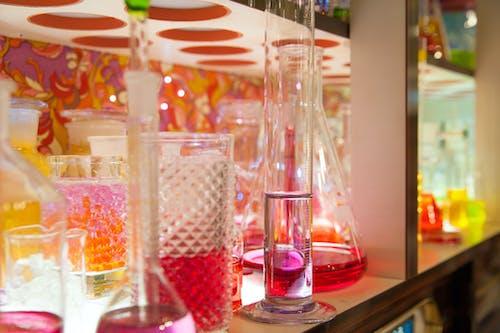 裝有液體的架子上的各種實驗室儀器