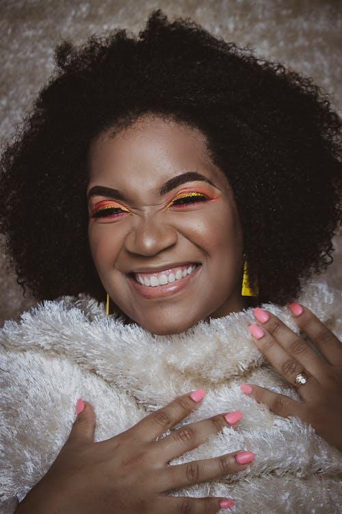 Foto stok gratis afro, berambut cokelat, berbahagialah, cewek