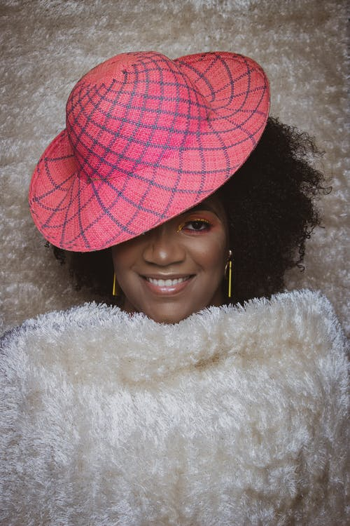 Gratis lagerfoto af følelse, folk, forkølelse, glad sort kvinde