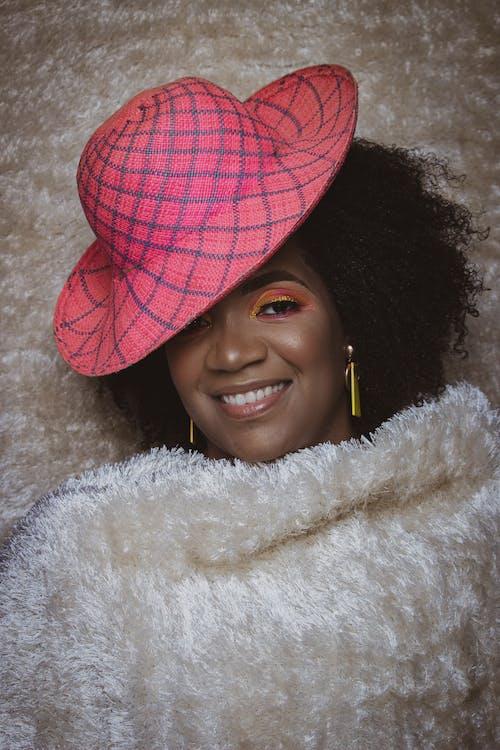 Gratis stockfoto met aantrekkelijk mooi, blij gezicht, blij zwarte vrouw, deksel