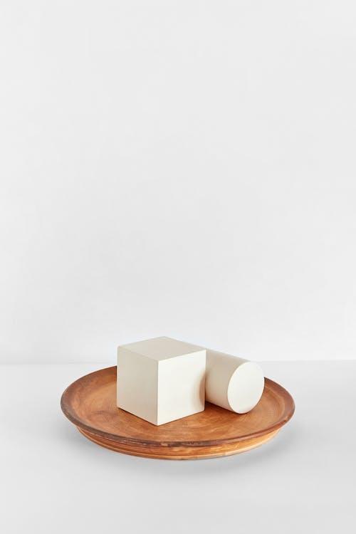 Бесплатное стоковое фото с белая поверхность, деревянная тарелка, квадрат