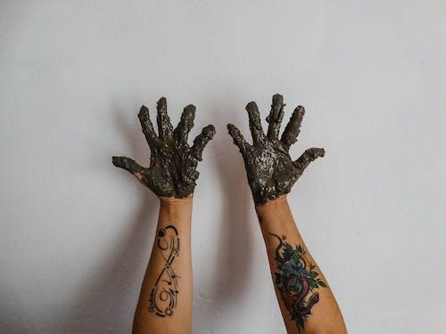 Бесплатное стоковое фото с cemento, mano, manos con cemento, tatuaje