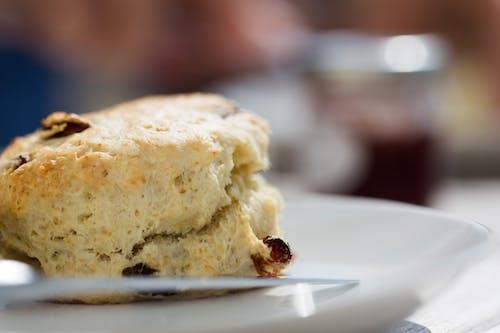 Bánh Mì Nướng Với Nho Khô Trên đĩa Trắng