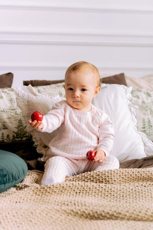 Foto profissional grátis de adorável, bebê, brinquedo