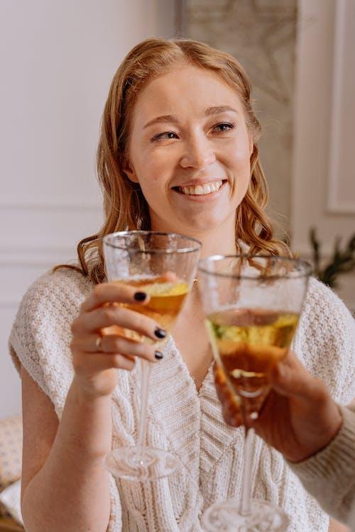 アルコール飲料, ブロンド, ほほえむの無料の写真素材