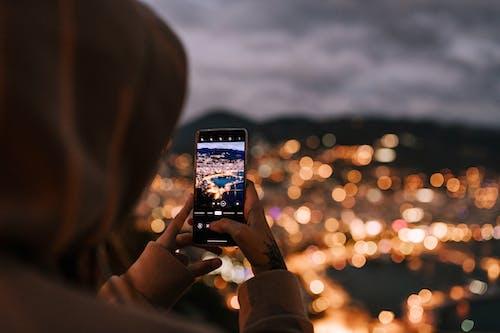 Cortar Pessoa Irreconhecível Tirando Foto Da Cidade à Noite No Smartphone