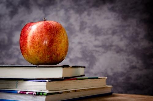 Immagine gratuita di apple, frutta, lavagna, libri