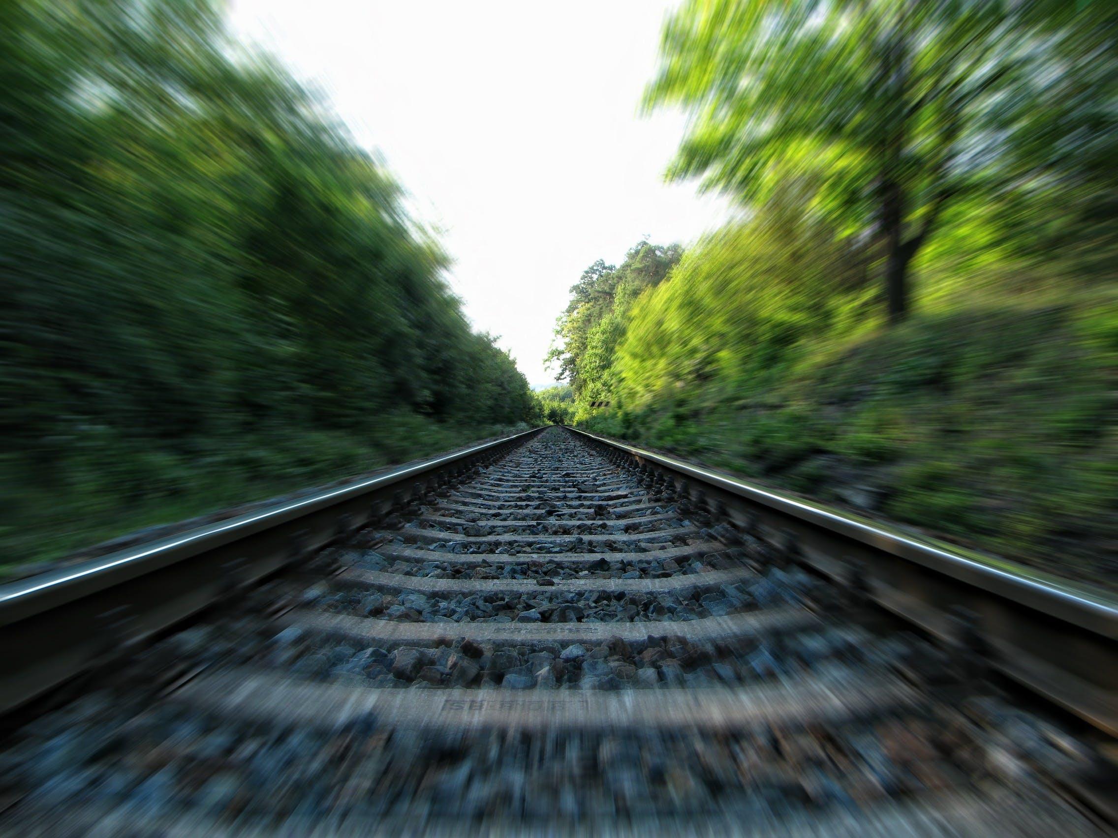 demir yolu, kayalar, korkuluklar, ray içeren Ücretsiz stok fotoğraf