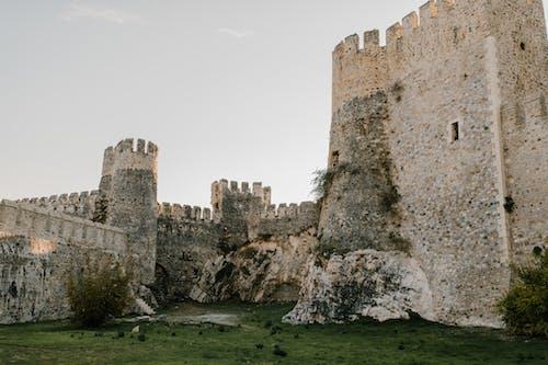 白色的天空下的棕色混凝土城堡