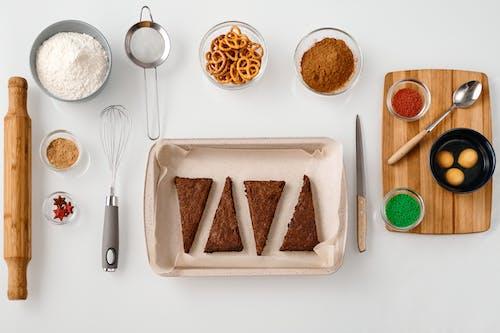 烘焙工具和烘焙配料的頂視圖