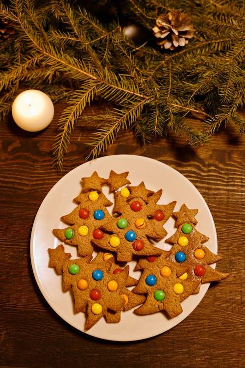 Vista Dall'alto Di Biscotti A Forma Di Albero Di Natale Su Un Piatto