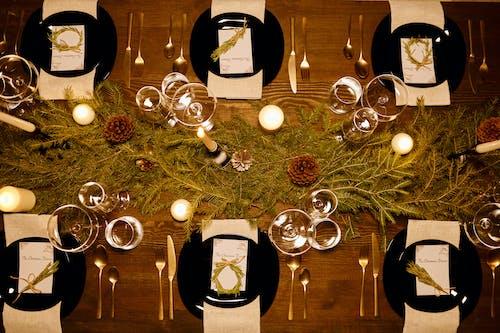 Вид сверху на элегантный стол на Рождество