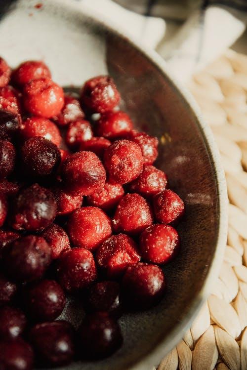 棕色陶瓷碗上的红色浆果