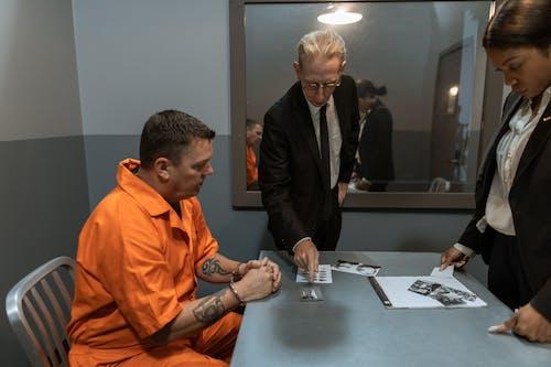 Mann Im Schwarzen Anzug Jacke Sitzt Neben Mann Im Orangefarbenen Hemd