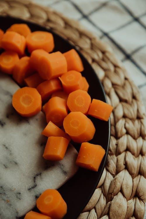 Oranje Plastic Blokjes Op Witte Keramische Plaat