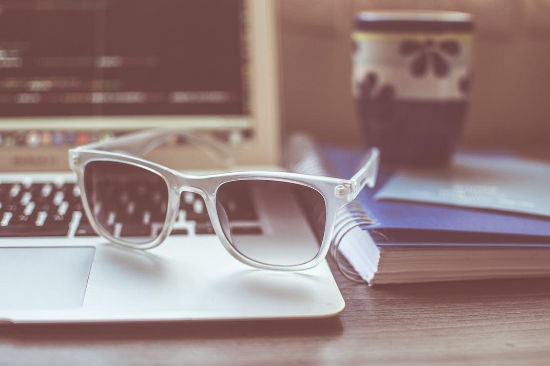 Gratis stockfoto met apple laptop, bloc note, brillen