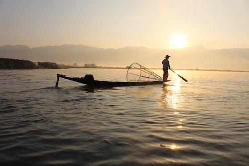 adam, Balık tutmak, balıkçı, balıkçılık içeren Ücretsiz stok fotoğraf