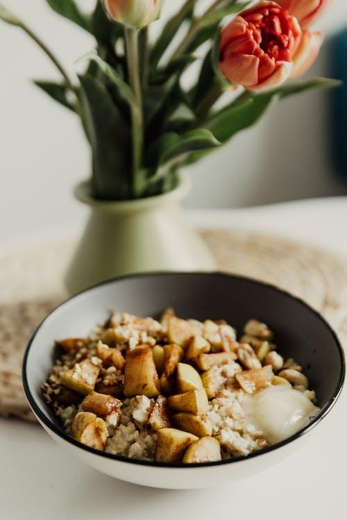 黑色陶瓷碗上的棕色和白色食物