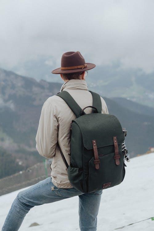 คลังภาพถ่ายฟรี ของ กระเป๋าเดินทาง, กระเป๋าเป้, กลางแจ้ง, กางเกงยีนส์