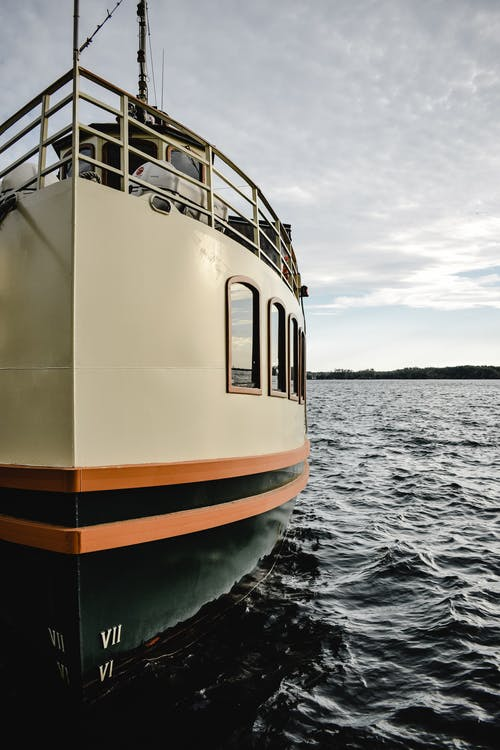 Barco Branco E Amarelo No Mar