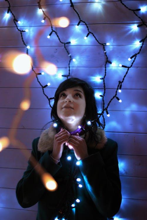 Foto profissional grátis de brilhante, casaco preto, cordão de lâmpadas