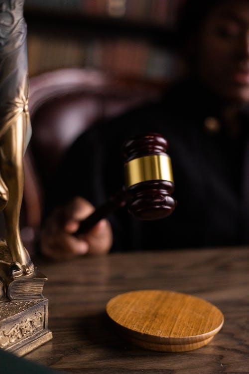 Gratis stockfoto met autoriteit, gerechtigheid, houten