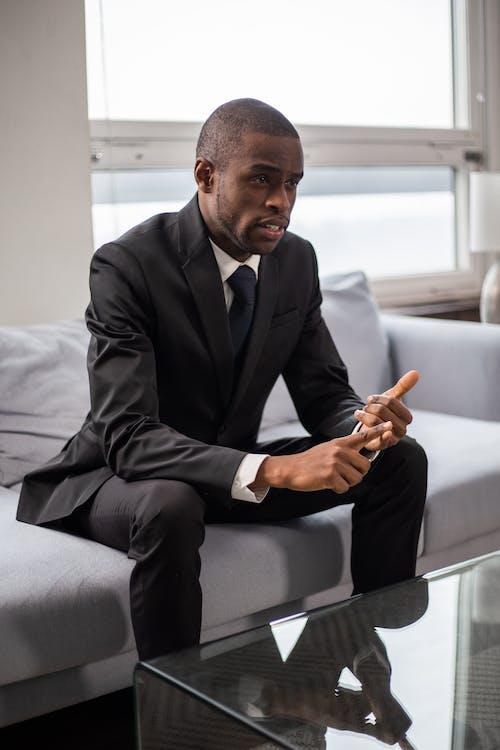 Darmowe zdjęcie z galerii z afroamerykanin, czarnoskóry, czarny garnitur