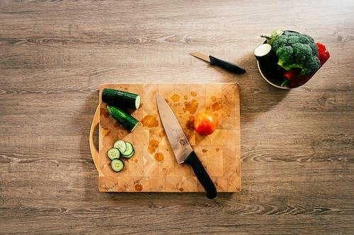 Darmowe zdjęcie z galerii z drewniana deska do krojenia, drewniana powierzchnia, fotografia kulinarna