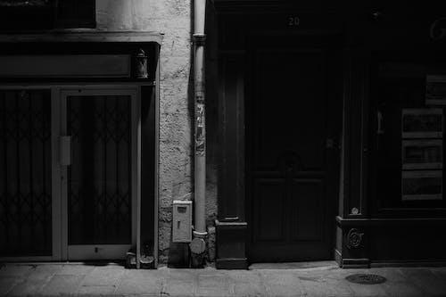 Darmowe zdjęcie z galerii z architektura, cień, dom, drzwi