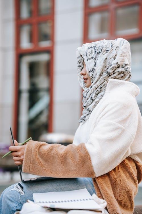açık hava, ara, arap kadın içeren Ücretsiz stok fotoğraf