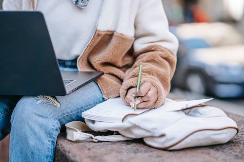 Persona Con Chaqueta Marrón Y Pantalones Vaqueros Azules Con Macbook