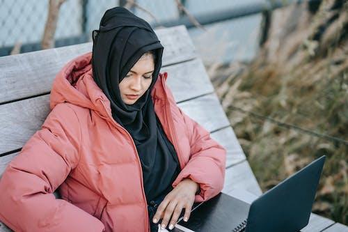 Frau In Orange Hoodie Und Black Hijab
