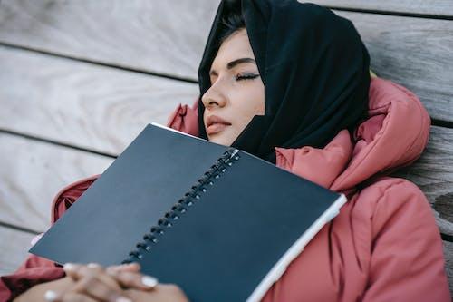 Donna In Hijab Nero Che Tiene Libro Bianco