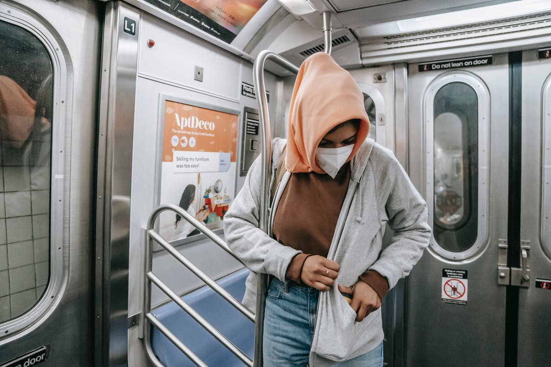 Homme En Sweat à Capuche Gris Et Jean Bleu Denim Debout Dans Le Train