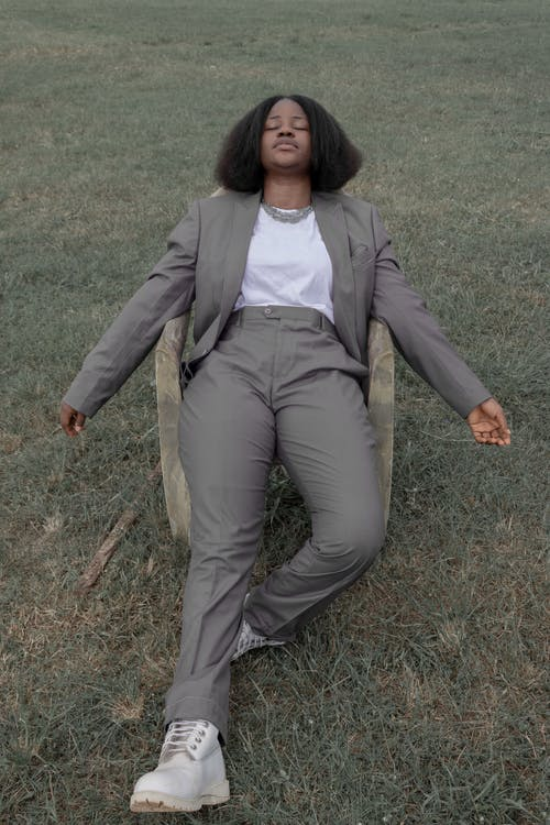 Gratis stockfoto met Afro-Amerikaanse vrouw, armstoel, buitenshuis, charismatische