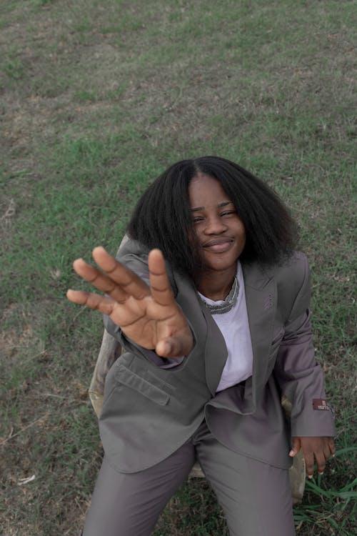 Gratis stockfoto met aangenaam, Afro-Amerikaanse vrouw, blij, bruin haar