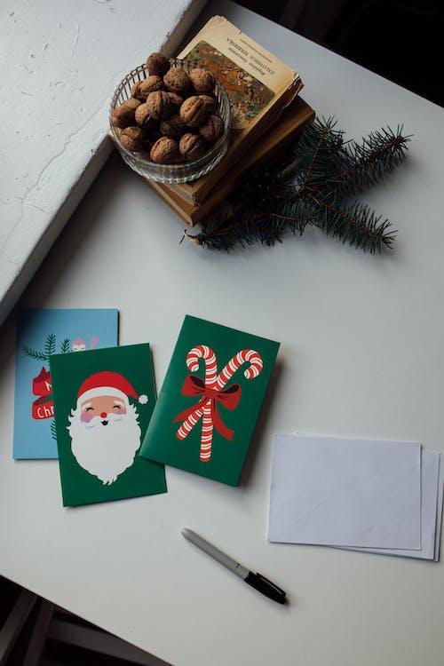 クリスマスカードのフラットレイ