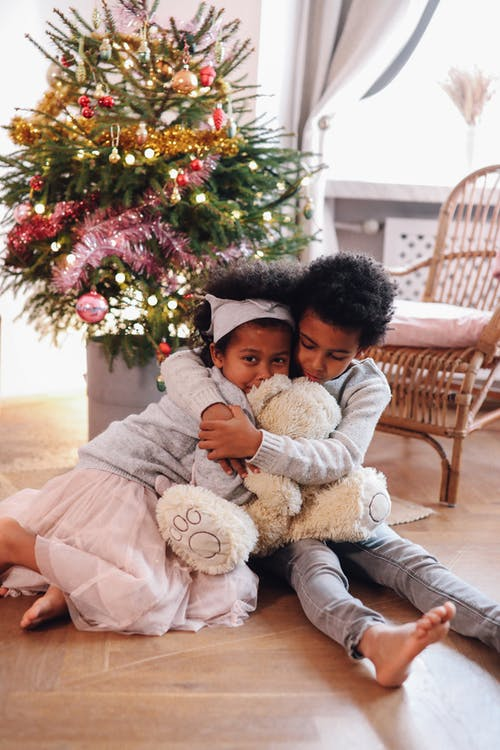 Jongen Die Haar Kleine Siste Knuffelt