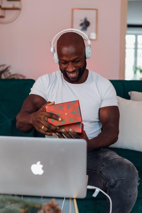 Mann Im Weißen Rundhalsausschnitt T Shirt, Das Ein Geschenk öffnet