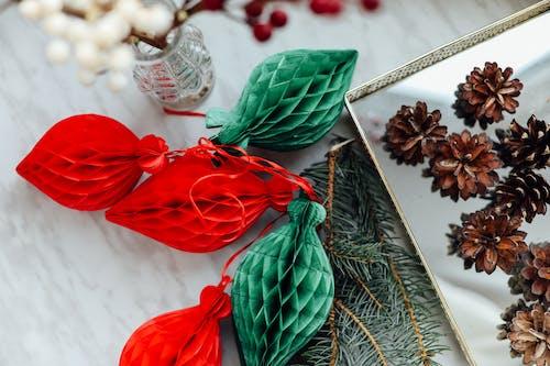 赤と緑のクリスマスオーナメント