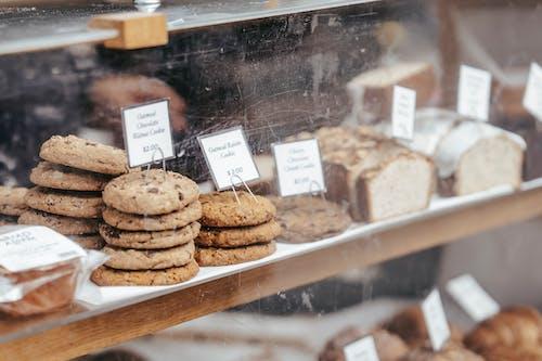 Biscotti Al Cioccolato Sul Banco Di Visualizzazione In Vetro Trasparente