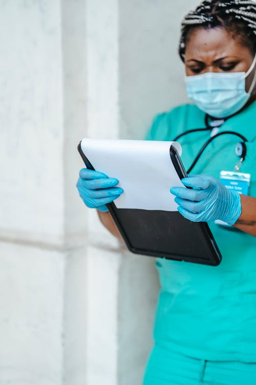 Person Im Blaugrünen Peelinganzug Mit Schwarzem Tablet Computer