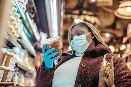 Mujer En Abrigo Granate Con Vaso De Plástico Transparente