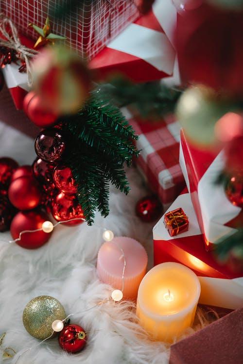 árvore De Natal Verde Com Enfeites E Velas Acesas